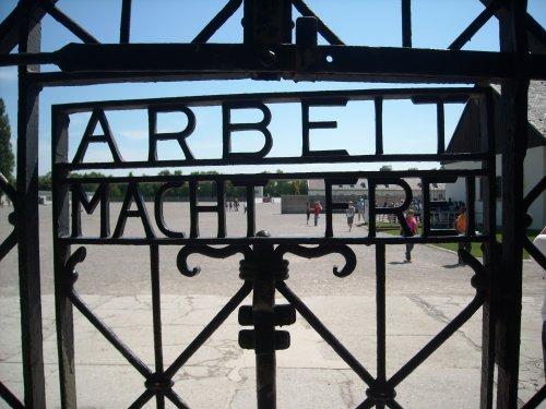 Eingang ins Gefangenenlager von Dachau